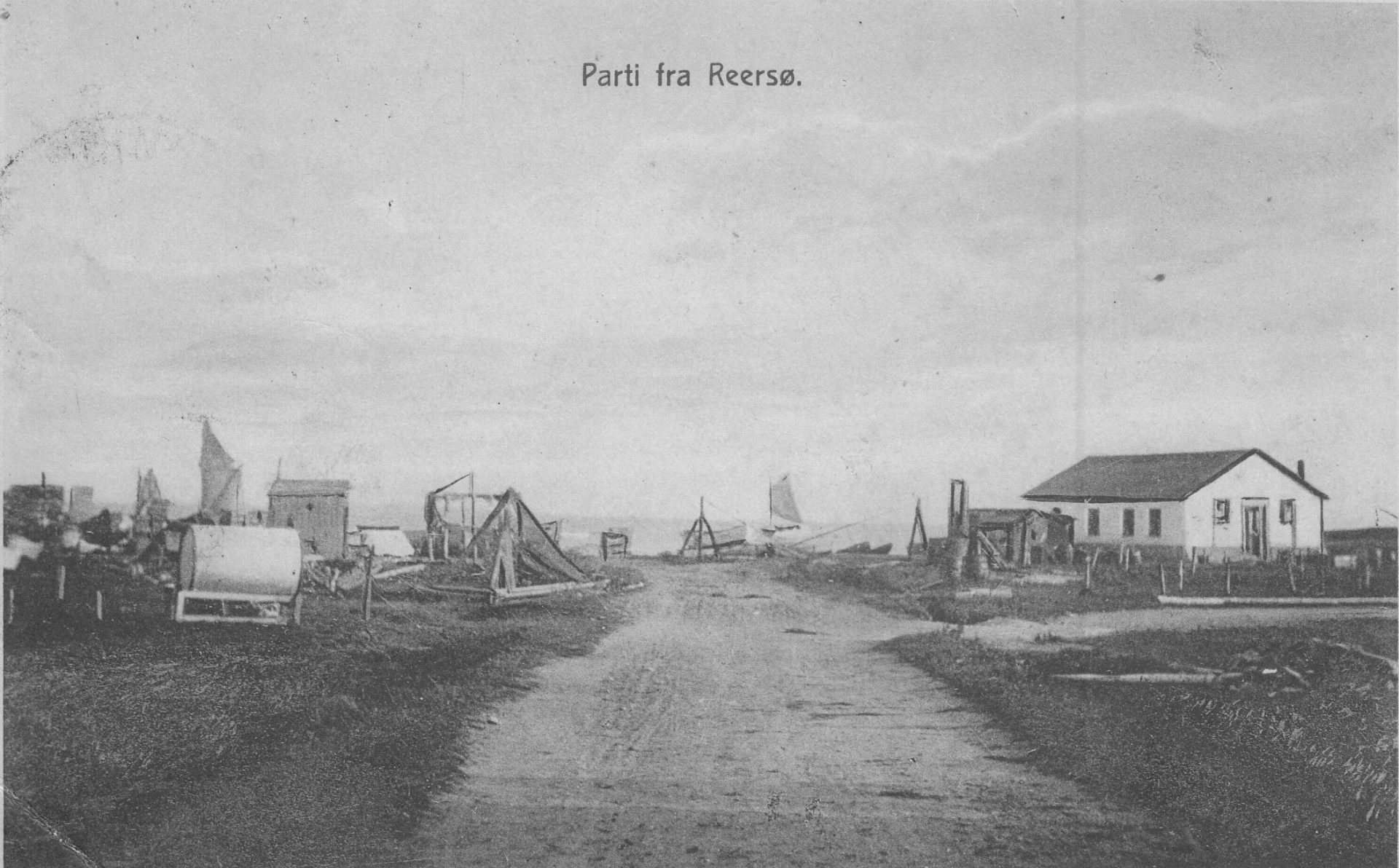 Der er ingen datering på motivet fra Reersø Havn, men hvis nogen kan siger noget om hvornår billedet er taget, så vil Arkivet gerne modtage oplysningerne