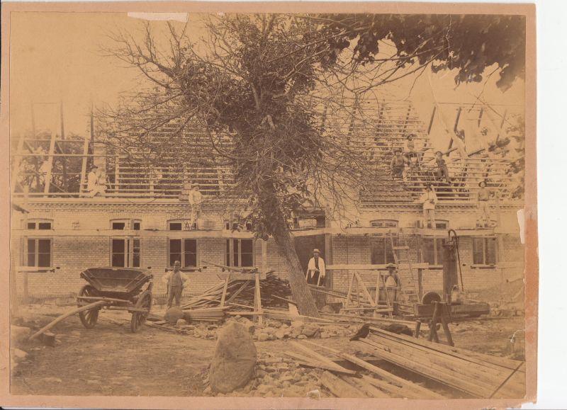 Bakkendup Pæstegård brændte i 1888. Billedet er fra opførelsen af Bakkendrup Præstegård.