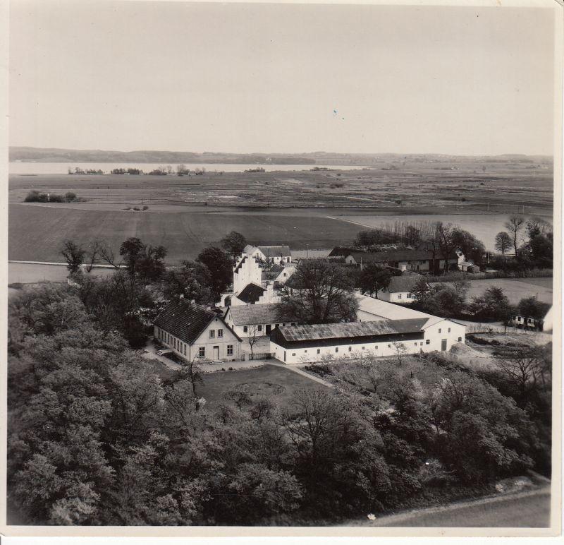Bakkendrup Præstegård. I horisonten ses Tissø